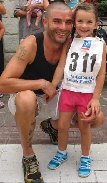 Adele Oprandi mit Vater Alex bei ihrem Debüt als Leichtathletin