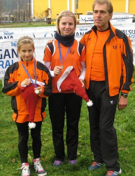 So sehen Sieger aus: Annika Oberrauch und Laura Riffesser mit Trainer Heinz Sachsalber