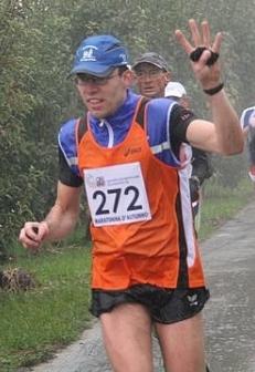 Auch unter strömendem Regen in guter Laune: Markus Wiedenhofer (Foto www.running.bz.it)