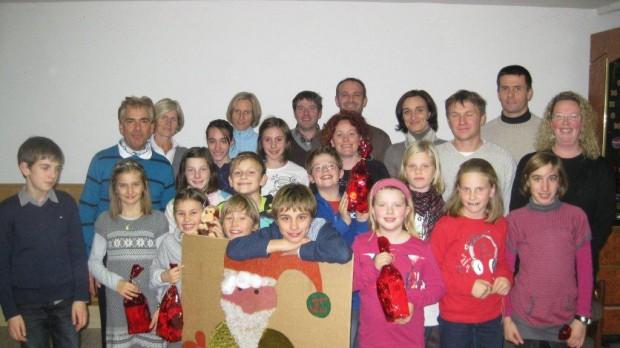 Die Leichtathletik Jugend und einige Eltern unterhalten sich gemeinsam mit dem Nikolaus