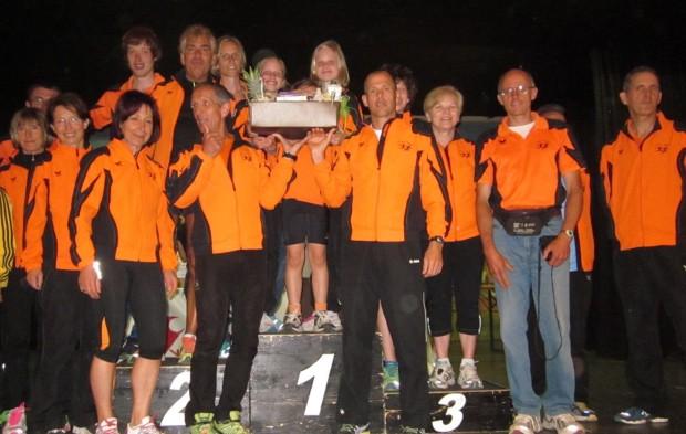 Das Team des ASC Berg nimmt den Mannschaftspreis entgegen
