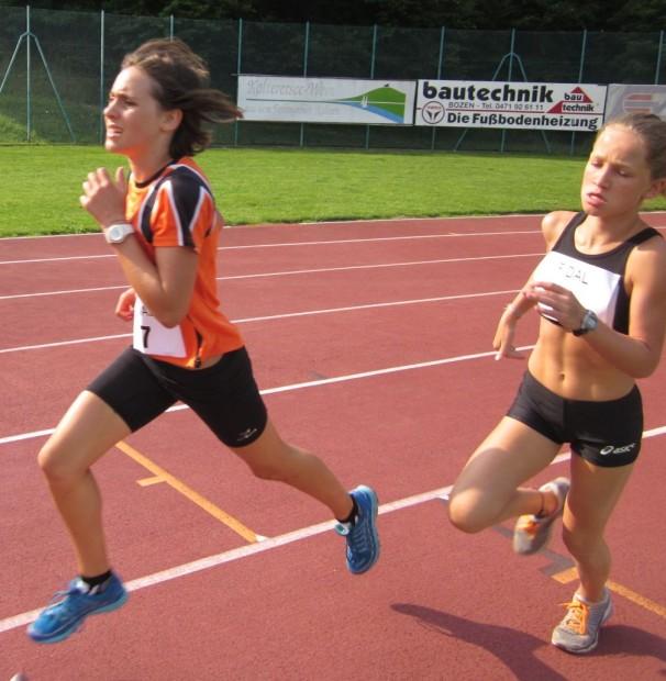 Lisa Schrott (links) beim 600 Meter Lauf