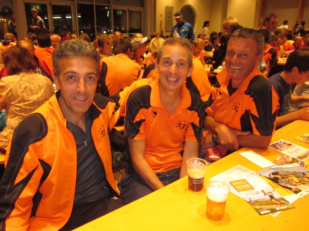 Gute Stimmung nach dem Rennen im Festzelt: Giovanni Bentivegna, Leo Langes und Anton Mitterhofer
