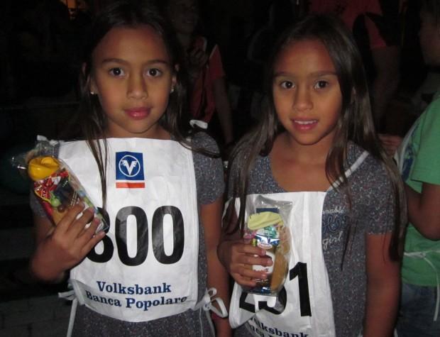 Zwei junge Teilnehmerinnen nach dem Zieleinlauf