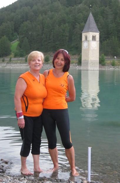 Nach der Anstrengung die willkommene Abkühlung für die Füße: Beatrice Zanon und Annelies Kofler
