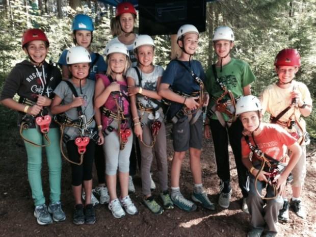 Die jungen Kletterer in voller Ausrüstung