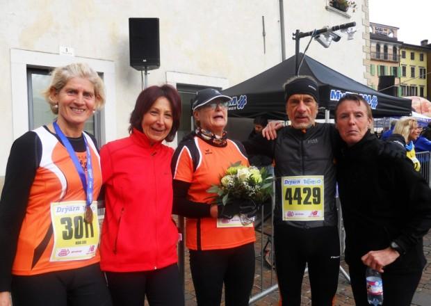 Maria-Luise Palma, Annelies Kofler, Margit Sandrini und Elisabeth Niedermair mit Damentrainer Roland Aufderklamm