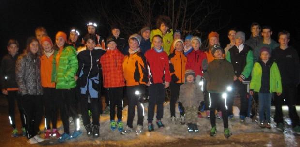 Gute Stimmung zu abendlicher Stunde: die Jugend des ASC Berg beim Mondscheinlauf