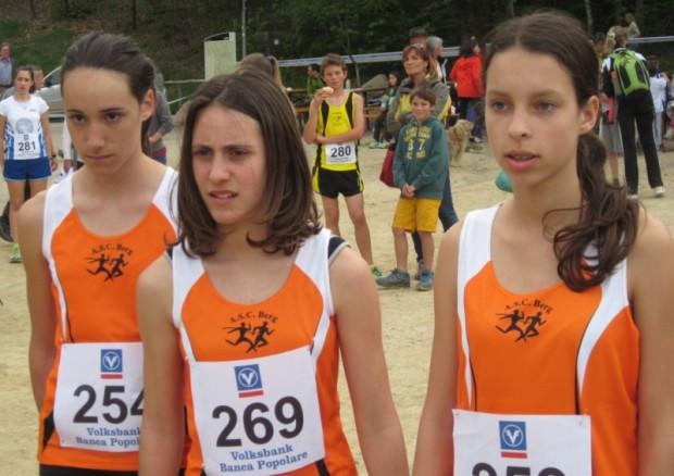 Stefanie Auer, Lisa Schrott und Lisa Harb kurz vor dem Start zum 1800 m Lauf