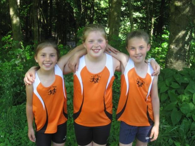 Tabea Pichler, Elisabeth Pichler und Julia Paternoster freuen sich über ihre Medaillenränge