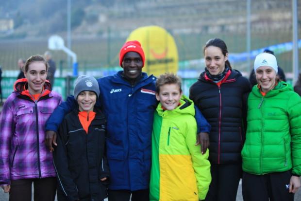 Unsere Nachwuchsathleten mit dem Tagesieger Andrew Kwemoi Mangata aus Kenia