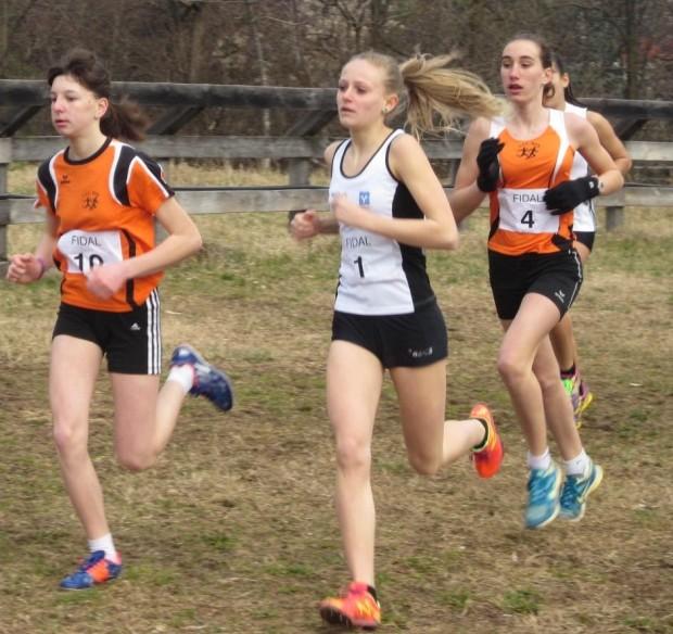 In aufstrebender Form: Ruth Hannah Hauser beim Georgsturm-Crosslauf. Mit im Bild: Emma Garber (SC Meran) und Nadja Auer.