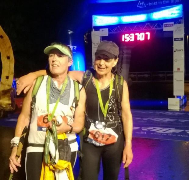 Elisabeth Niedermair und Anneliese Kofler genießen das Glücksgefühl nach 15 Stunden Laufeinsatz
