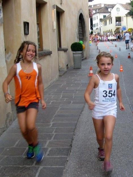 Zwei junge Athletinnen im Einsatz beim Langen Mittwoch