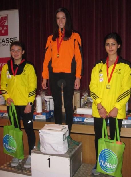 Stefanie Auer mit Daniela Ansaloni und Sanae Kouirhi bei der Siegerehrung in Girlan