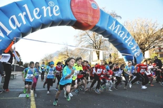 Mit viel Schwung ins Rennen: die Kinder beim Start des Paarlaufs