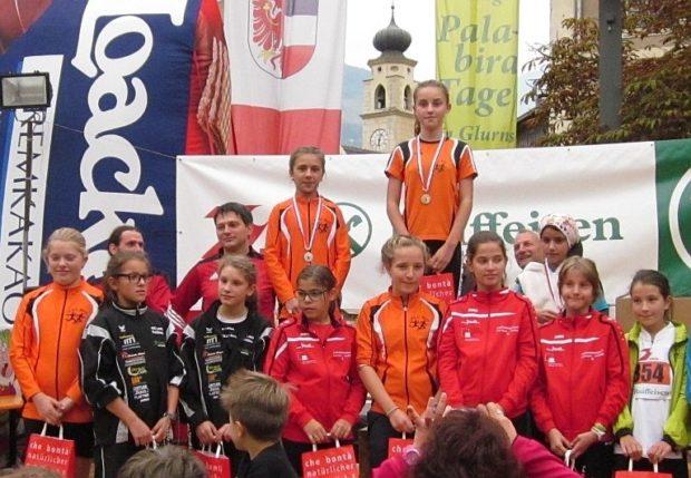"""Die Schülerinnen """"C"""" bei der Preisverleihung: in orangen Trikots die beiden Medaillenträgerinnen Julia Paternoster und Tabea Pichler, sowie Elisabeth Pichler (links) und Sophia Göller (mitte)"""