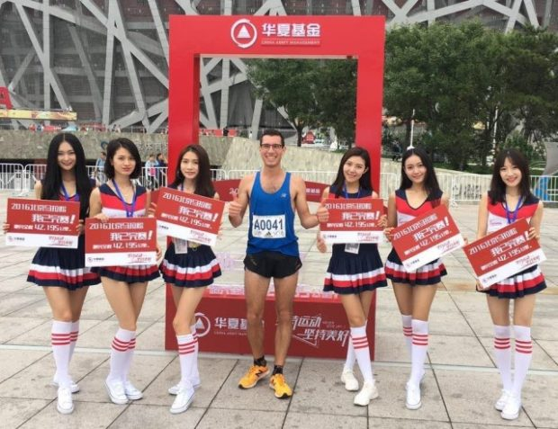 Ivo Drescher mit seinem sich spontan gebildeten Fanclub in Peking
