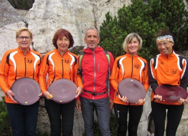 Strahlende Sieger: Helmut Müller mit den Gold-Ladies Margit Sandrini, Anneliese Kofler, Marlene Zipperle und Renate Maoro