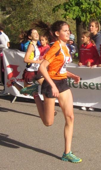Laura Gadner beim Zielsprint in Sarnthein