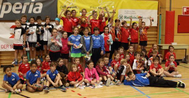 Gruppenbild der teilnehmenden Mannschaften an der Kinderolympiade in Meran