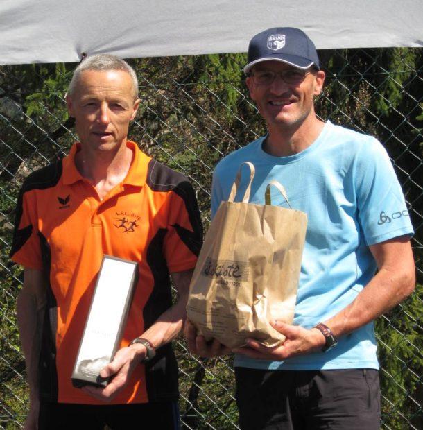 Peter Riffesser und der ertsplatzierte Martin Cox bei der Siegerehrung der Kategorie M45
