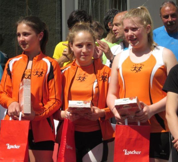 Tabea Pichler, Sophia Göller und Elisabeth Pichler bei der Preisverleihung in Laas