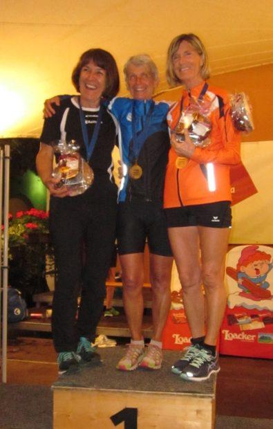 Marlene Zipperle (r.) freut sich mit Rosy Pattis und Emma Kaufmann am Siegespodest