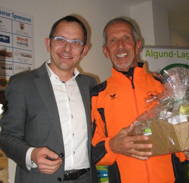 Helmut Müller nach der Ehrung durch den Sportassessor der Gemeinde Algund