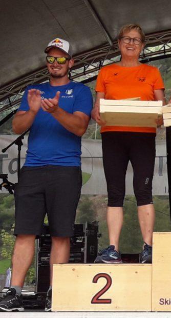 Margit Sandrini freut sich mit Dominik Paris über ihren 2. Platz.